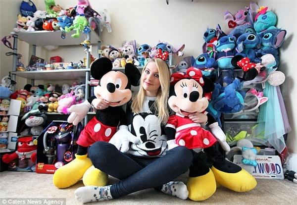 """Bộ sưu tập Disney """"khủng"""" củaBeth Louise Carr.(Ảnh: Daily Mail)"""