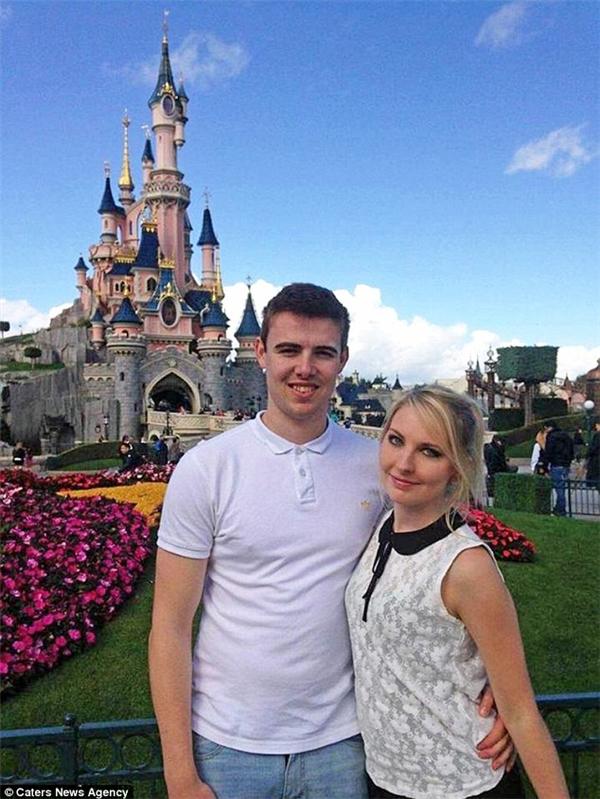 """Cậu bạn trai Lee từng theo Beth đến các công viên Disneyland nhưng giờ đây đã phải """"cấm"""" cô nàng vì sự """"cuồng si không điểm dừng"""" này.(Ảnh: Daily Mail)"""