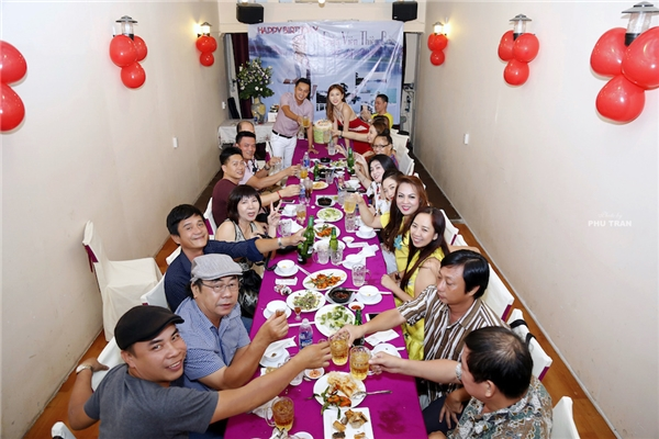 Trong buổi sinh nhật còn có những người bạn thân thiết trong nghề của Thiên Bảo như Đạo diễn phim Thề không gục ngã, Kẻ giấu mặt hay ca sĩ Lâm Hùng, Cao Mỹ Kim.