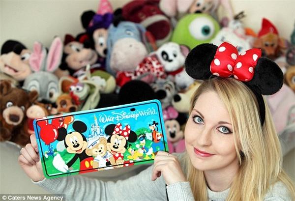 """Khoe sự """"cuồng"""" của mình, Beth bộc bạch: """"Giờ đây tôi đã có hàng ngàn món đồ chơi của Disney ở khắp nhà. Tôi còn có 5 bộ đồ Disney, một tủ đồ toàn áo thun Disney và rất nhiều món phụ kiện khác nữa"""".(Ảnh: Daily Mail)"""