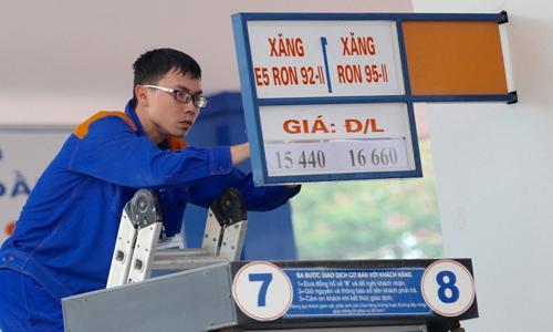 Giá bán lẻ xăng E5 và RON 95 cũng lần lượt về mức 15.440 đồng và 16.660 đồng một lít. Ảnh: Ngọc Thành