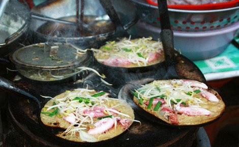 Ẩm thực Nha Trang - Ngỡ ngàng vì bánh xèo mực nhiều hơn bột ở Nha Trang