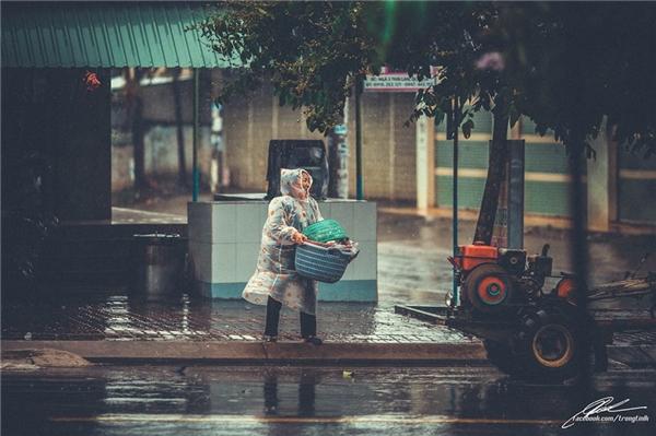 Nụ cười tươi tắn sáng bừng giữa cơn mưa. (Ảnh: Lưu Khúc)