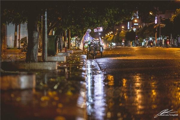 Sau cơn mưa, phố phường, cảnh vật trở nên lười nhác, nhưng những phận người lầm lũi thì có bao giờ được phép dừng lại? (Ảnh: Lưu Khúc)
