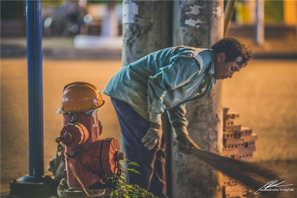 Một người đàn ông quét sạch nước để lấy một chỗ ngồi tạm bợ.