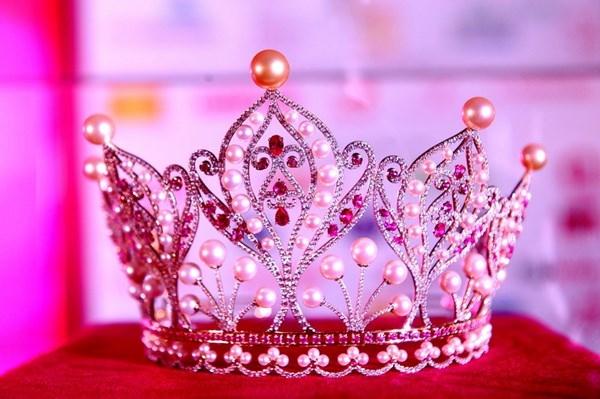 Một trong những chiếc vương miện quý giá nhất Việt Nam đó là vương miện của Hoa hậu Hoàn Vũ 2015.Theo đó, 5 viên ngọc trai vàng to tượng trưng cho 5 thành phố lớn Hà Nội, TP.HCM, Hải Phòng, Đà Nẵng, Cần Thơ. 58 viên đá quý sắc hồng là 58 tỉnh thành cùng vươn lên phát triển, hội nhập quốc tế. Chân vương miện viền 54 viên ngọc trai mang ý nghĩa về sự đoàn kết của 54 dân tộc anh em. Đặc biệt, 2015 viên đá quý được đính khắp vương miện đại diện cho năm 2015. Ngoài ra,18 viên ngọc viên ngọc trai ánh xà cừ chính là hình ảnh tưởng nhớ về 18 vị vua Hùng.