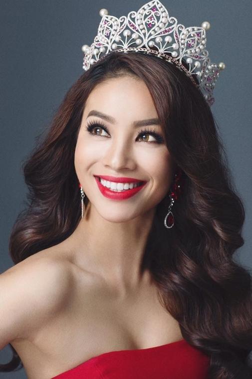 Phạm Hương khiến bao cô gái phải ghen tị khi trở thành Hoa hậu Hoàn vũ Việt Nam 2015 và được vinh dự đội trên đầu chiếc vương miện có giá trị hơn 2 tỉ đồng.
