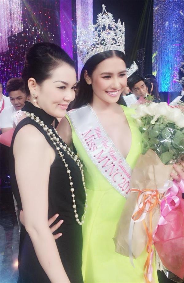 Cô em thân thiết của Ngọc Trinh - TườngVycũng xuất sắc dành danh hiệuHoa hậu người Việt thế giới 2014 diễn ra tại Mỹ. Chiếc vương miện nàykhiến người đối diện phải lóa mắt bởi độ lấp lánh.