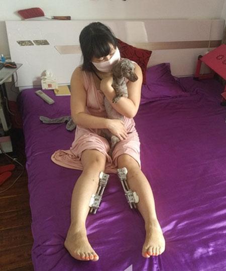 Hiện tại chú chó nhỏ là người bạn thân duy nhất của cô.