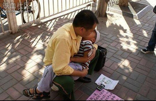 Trong trường hợp này, người cha đang rao bán điện thoại để kiếm tiền chữa trị cho cậu con trai. Điều đáng sợ là những chiếcđiện thoại này là hàng muađi bán lại nhiều lần, bên trong có khả năng gây nổ.