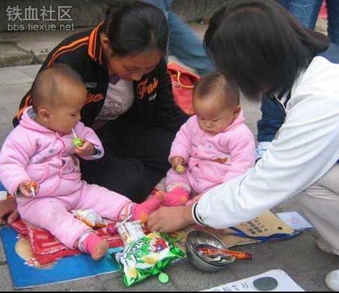 Dắt theo trẻ em đi ăn xin, bất kể sự khắc nghiệt của thời tiết để đánh đòn tâm lí vào trái tim của những người đi đường.