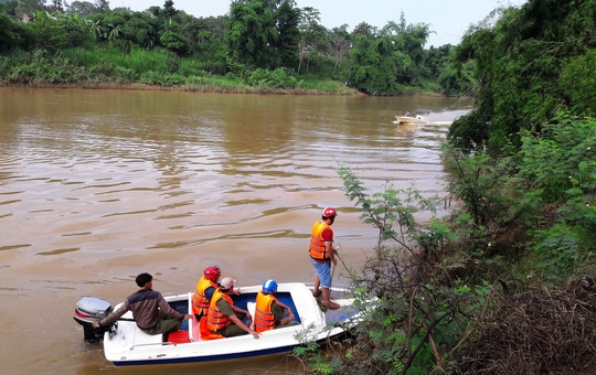 Lực lượng chức năng tiếp cận thi thể nạn nhân.
