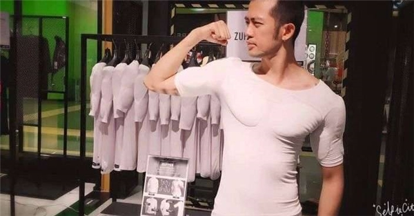 Khi mặc chiếc áo này vào, bạn sẽ lập tức có ngay cơ ngực và bắp tay vạm vỡ.