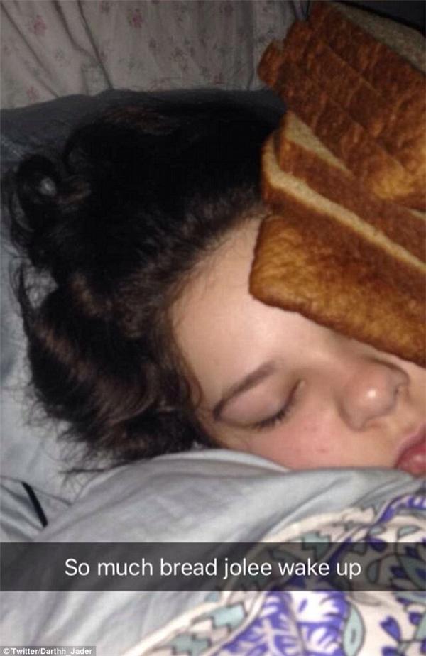 """""""Jolee à, nhiều bánh lắm rồi, dậy đi!"""" (Ảnh: Darthh Jadder)"""