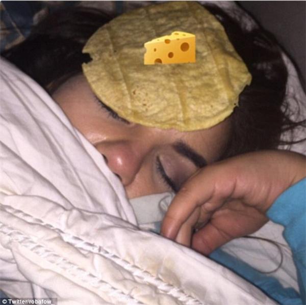 Một cô bạn khác thì dùng bánh mì giòn Ấn Độ để đặt lên mặt em gái, kèm theo biểu tượng miếng phô mai ngon lành. (Ảnh: Robafow)