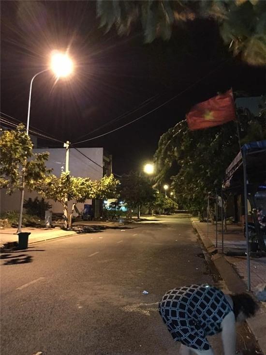Dông lốc kinh hoàng quét qua Sài Gòn khiến người đi đường khiếp vía
