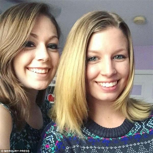 Hai cô gái Erin Signor, 22 tuổi và Sara Konnecke, 25 tuổi, quyết không từ bỏ hi vọng cứu cô mèo con.(Ảnh: Mercury Press)