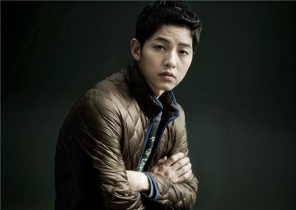 Fan phẫn nộ đe dọa nhãn hàng vì Song Joong Ki bị dẫm lên mặt