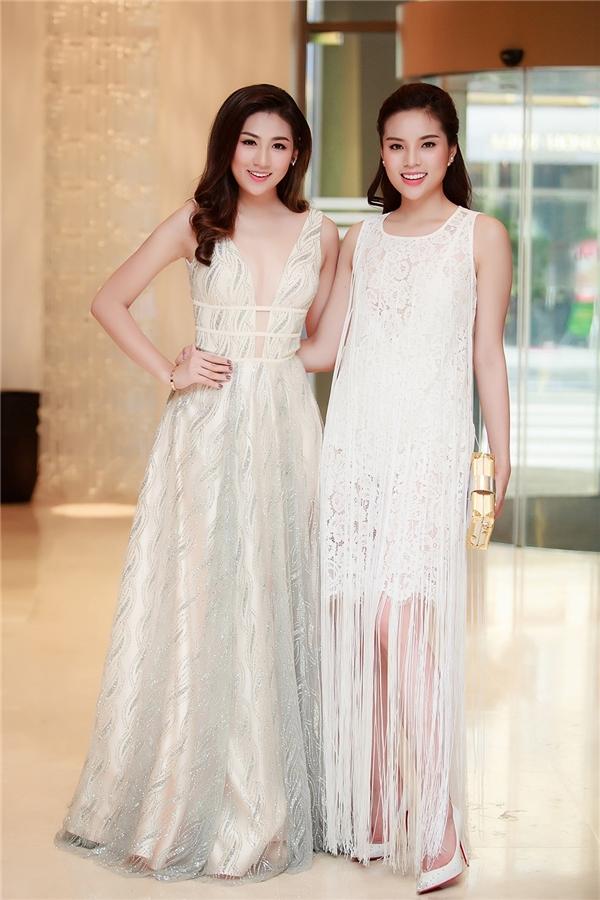 Hai người đẹp tuy diện trang phục có phong cách khác nhau nhưng đều có chung tông trắng, tạo cảm giác thanh khiết và đầy lôi cuốn.