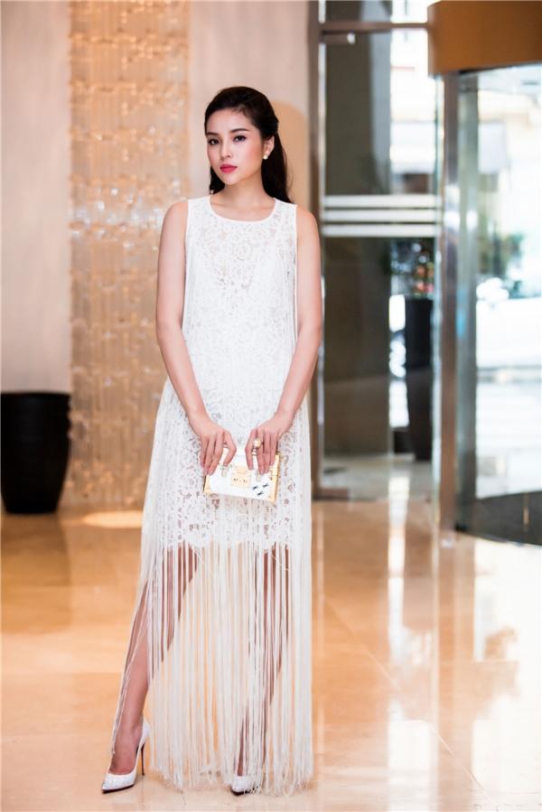 Diện chiếc đầm trắng thuộc bộ sưu tập Countrysidecủa Đỗ Mạnh Cường, Hoa hậu Việt Nam 2014 tự tin khoe vóc dáng gợi cảm cùng mái tóc dài xoăn nhẹ.