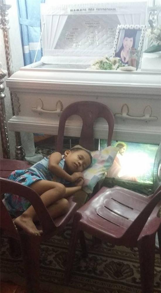 Lúc cậu bé kê cả 4 cái ghế ra để được nằm ngủ kế mẹ... bé con 5 tuổi này có hiểu được rằng đêm nay đã là đêm cuối cùng cậu còn được ở cạnh mẹ không?(Ảnh FBChuchubelles Gabrielle)
