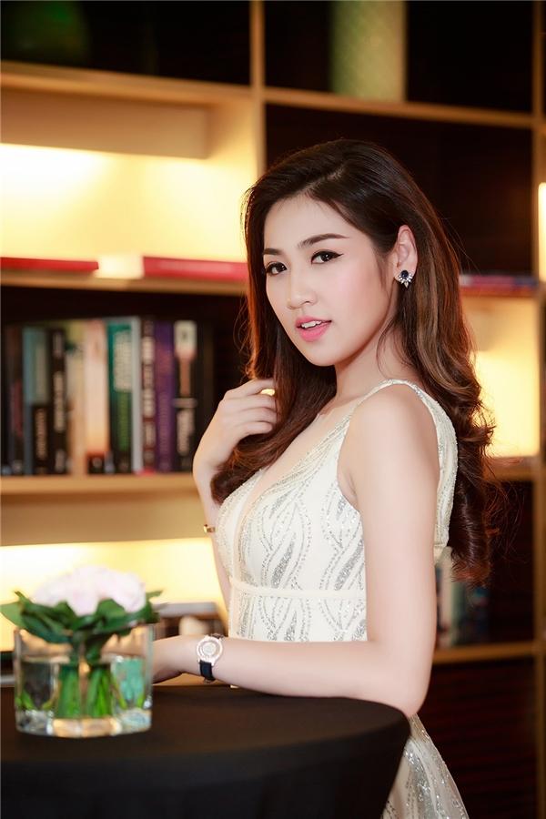 Hiện tại,Tú Anh đang dồn hết tâm sức cho công việc người dẫn chương trình truyền hình, người đẹp tập trungcao độ để học hỏi và theo sự hướng dẫn của những MC gạo cội, dạn dày kinh nghiệm của nhà đài VTV.