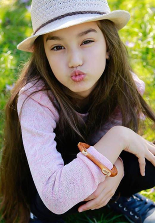 Cô bé có nhiều tài lẻ,yêu thích vận động và chơi tốt các môn thể thao,khả năng vũ đạo, ca hát và tạo dáng trước ống kính cực kỳ chuyên nghiệp.