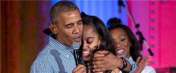 Malia bước lên sân khấu và ôm chặt bố mình. (Ảnh: Internet)