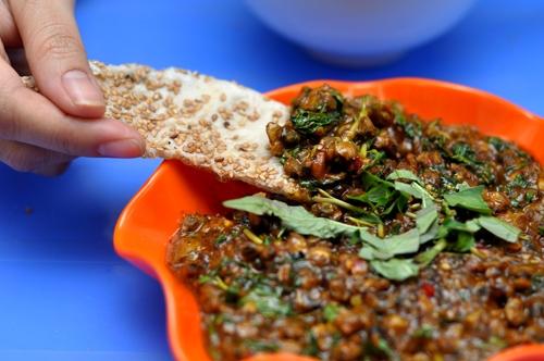 Ẩm thực Hội An - Bánh đập hến xào lạ miệng ở Hội An
