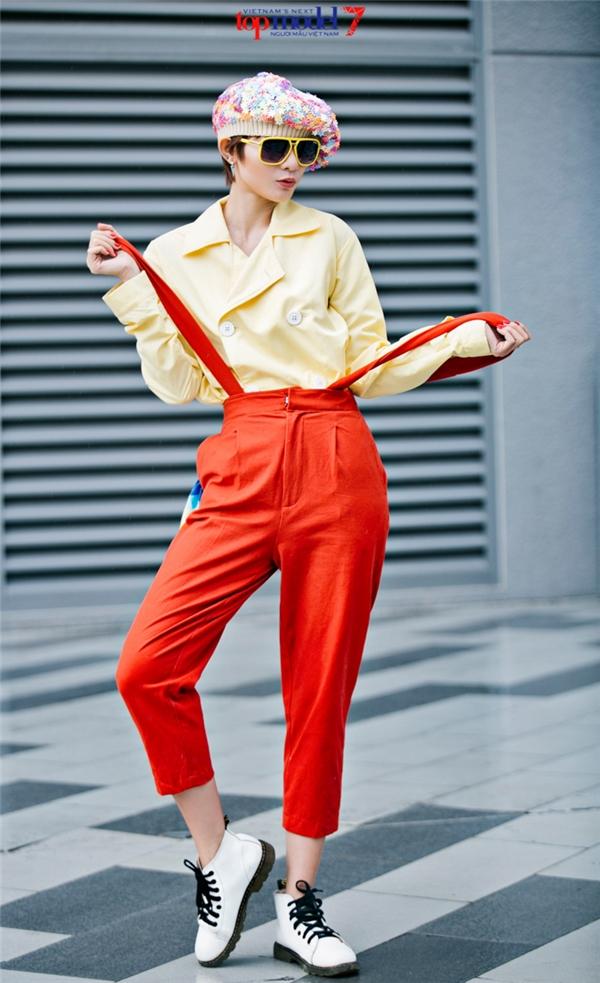 Quần yếm cổ điển được Kim Nhã chọn kết hợp cùng áo sơ mi cách điệu phom rộng. Hai tông màu: cam, vàng chanh ngọt ngào mang lại vẻ ngoài trẻ trung, nổi bật cho nữ diễn viên. Cảm hứng thời trang cổ điển càng được khắc họa rõ nét qua chiếc mũ nồi họa tiết hoa điệu đà.