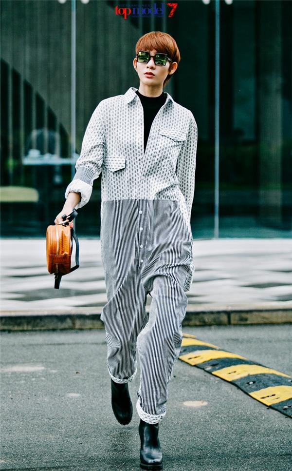 Nữ diễn viên trông lạ mắt với thiết kế jumpsuit rộng thùng thình. Từng lớp họa tiết đan cài vào nhau giúp điểm nhìn của người xem liên tục thay đổi.
