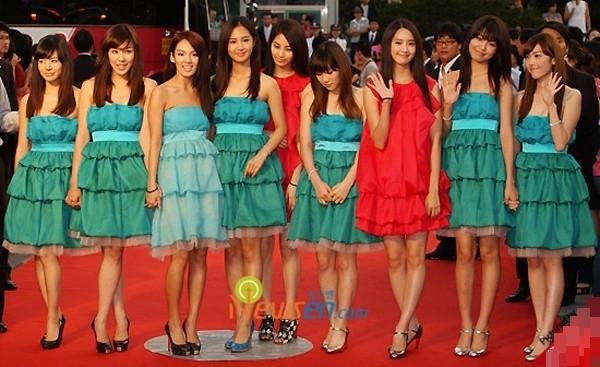 Là một trong những nhóm nữhàng đầu Hàn Quốc, SNSD cũng không ít lần vướng phải các sự cố mặc xấu.