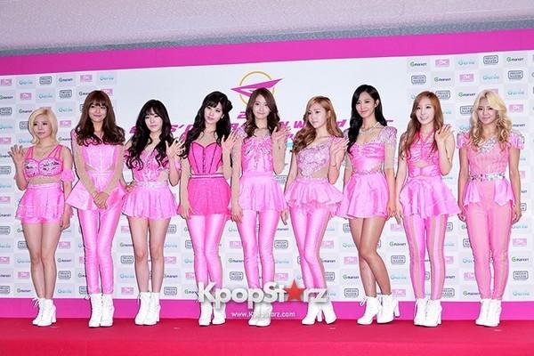 Vẫn biết màu sắc đại diện của nhóm là màu hồng, thế nhưng mang cả 9 cây hồng lên sân khấu thì đúng là một cơn ác mộng. Phải công nhận gu thời trang của các thành viên đã hiện đại hơn rất nhiều.