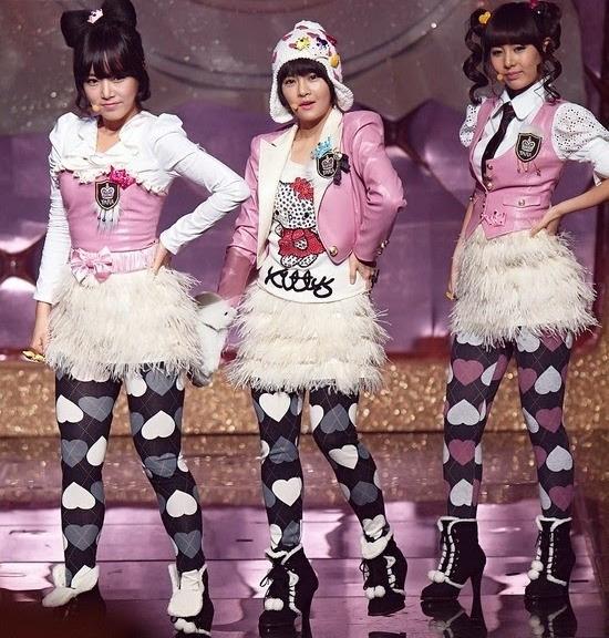 Bạn có nhận ra đây là những cô nàng T-Ara không? Bộ trang phục không bao giờ lỗi mốt hơnluôn được dư luận Hàn nhắc đến mỗi khi nhắc về sao mặc xấu.