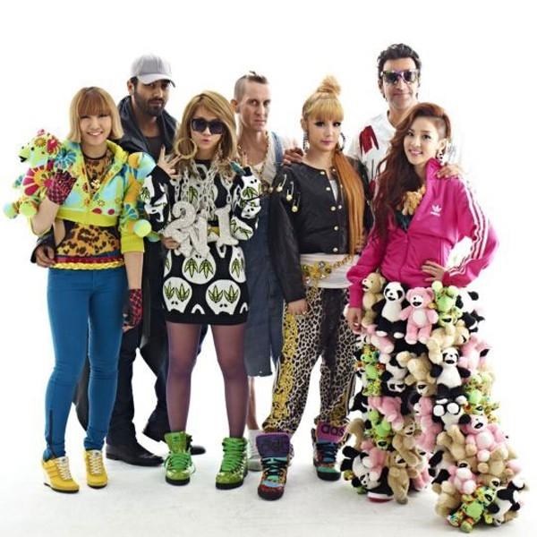 Trang phục này của 2NE1 khiến các fan khó hiểu bởi phong cách rối rắm. Đặc biệt là chiếc quần huyền thoại của Dara luôn làm cho người khác hết hồn.
