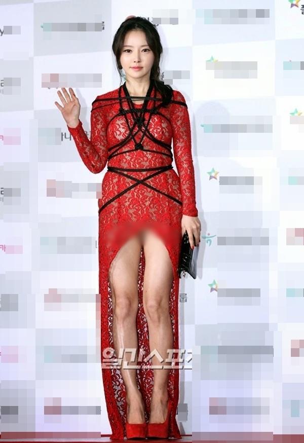 """Bộ trang phục thảm họa thời trang vô cùng phản cảm để đời của Han Se Ah luôn """"giúp"""" cô dành một vé trong top những sao mặc xấu."""