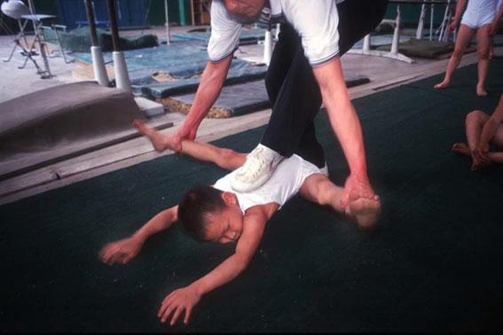 Thay vì được học hành và vui chơi cùng bè bạn, tuổi thơ các em là chuỗi ngàyđau đớn và kiệt sứcđến tột cùng. (Ảnh: Internet)