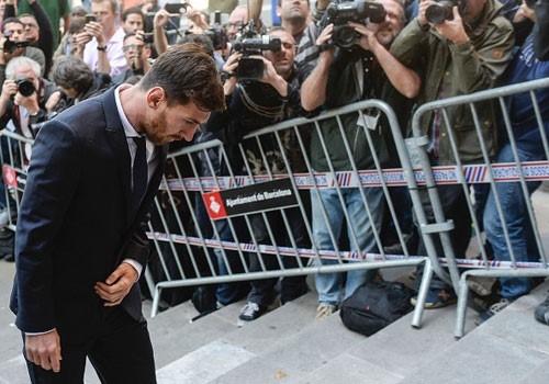 Messi cúi rạp đầu vì bị chỉ trích khi ra tòa vụ trốn thuế ngày 2/6. Ảnh: Getty Images