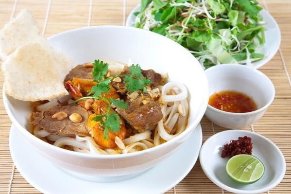 Ẩm thực Đà Nẵng - Mì quảng Đà Nẵng ăn càng nhanh, càng đông người thì càng ngon miệng