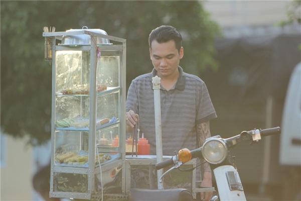 Xót xa hình ảnh Khắc Việt đi bốc gạch, gặm vội bánh mì lúc giải lao