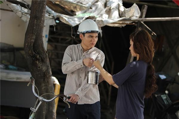 Chàng trai mồ côi ấy thầm yêu Dung (diễn viên – người mẫu tự do Ngọc Dung thủ vai), một cô gái sống cùng khu lao động nhưng vì tự ti với hoàn cảnh của mình nên nhiều lần chưa dám thổ lộ.