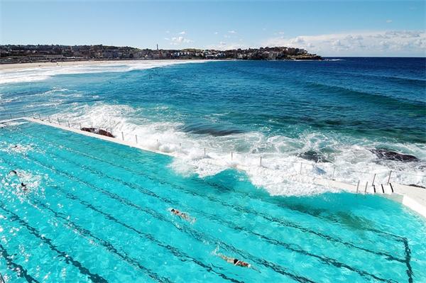 """Du lịch thế giới - Du khách phát sốt trước """"hồ bơi nước mặn"""" lưng chừng giữa đại dương"""
