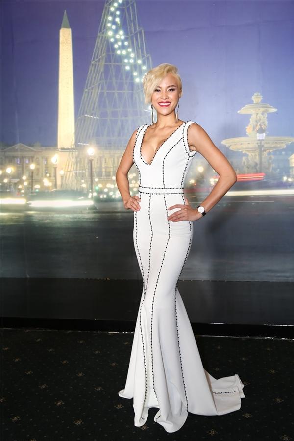 """Phương Mai """"thiêu đốt"""" ánh nhìn bởi bộ váy cắt xẻ táo bạo. Người đẹp đảm nhận vai trò MC cho chương trình. - Tin sao Viet - Tin tuc sao Viet - Scandal sao Viet - Tin tuc cua Sao - Tin cua Sao"""