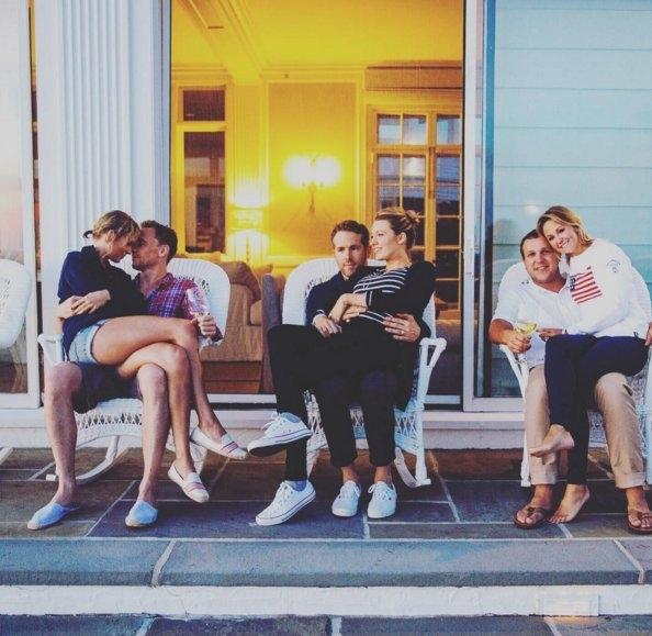 Taylor Swift hạnh phúc ngồi vào lòng Tom Hiddleston, bên cạnh vợ chồng Ryan Reynolds - Blake Lively và vợ chồng người bạn thời thơ ấu Britany Maack của Taylor.