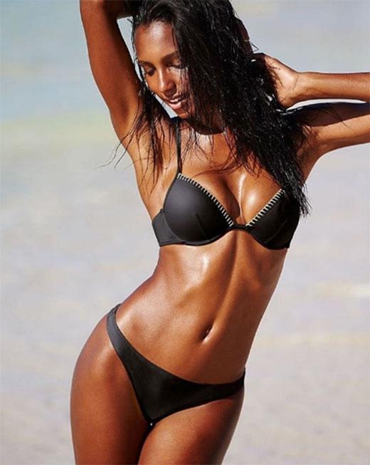 Cực quyến rũ với đường rãnh bụng khi diện bikini.