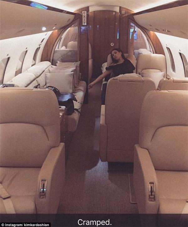 """Máy bay thế này mà còn bị cô Kim """"siêu vòng 3"""" la làng lên là """"Chật chội!""""... (Ảnh: Kim Kardashian)"""