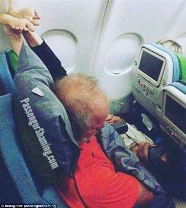 ...thì ngồi ở đây có phải là một cực hình mà hành khách tự bỏ tiền ra chuốc lấy hay không? (Ảnh: PassengerShaming)