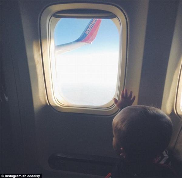 Một đứa bé biết điều ngoan ngoãn ngồi nhìn xa xăm ra ngoài cửa kính và bị hớp hồn bởi bầu trời bao la ư? (Ảnh: Shlee Daisy)