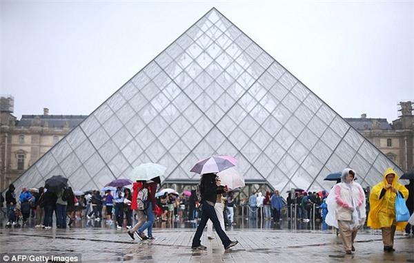 Tuy nhiên, vào ban ngày thì mọi phép màu đều biến mất, chỉ có lũ lượt người là người che ô, mặc áo mưa đứng ở khắp mọi nơi thôi. (Ảnh: Getty)