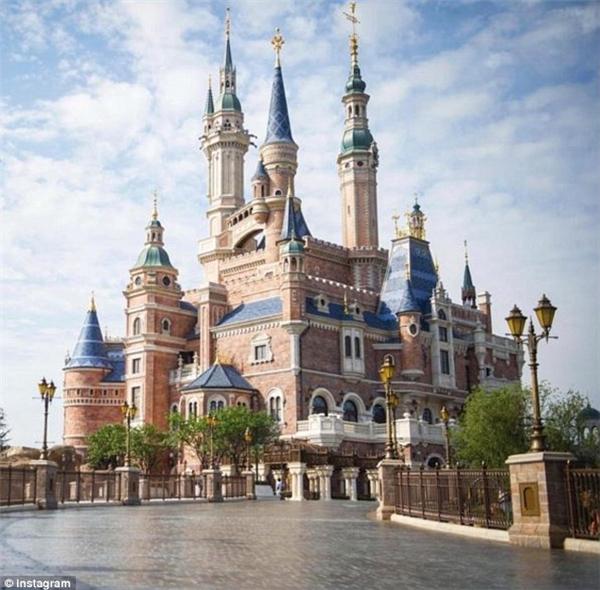 Con đường lát gạch vắng tanh, rộng thênh thang dẫn đến tòa lâu đài trong mơ. (Ảnh: Instagram)